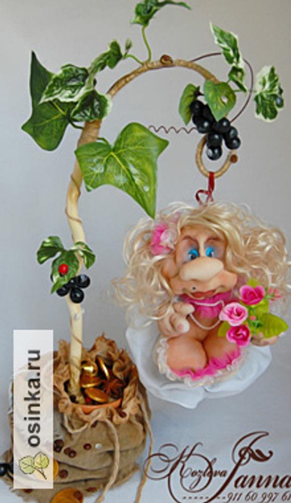 """Фото. Это часть композиции для юбиляра. Фантазийное виноградное дерево, на котором выросла... кукла на Удачу (выполнена в """"чулочной"""" технике)."""