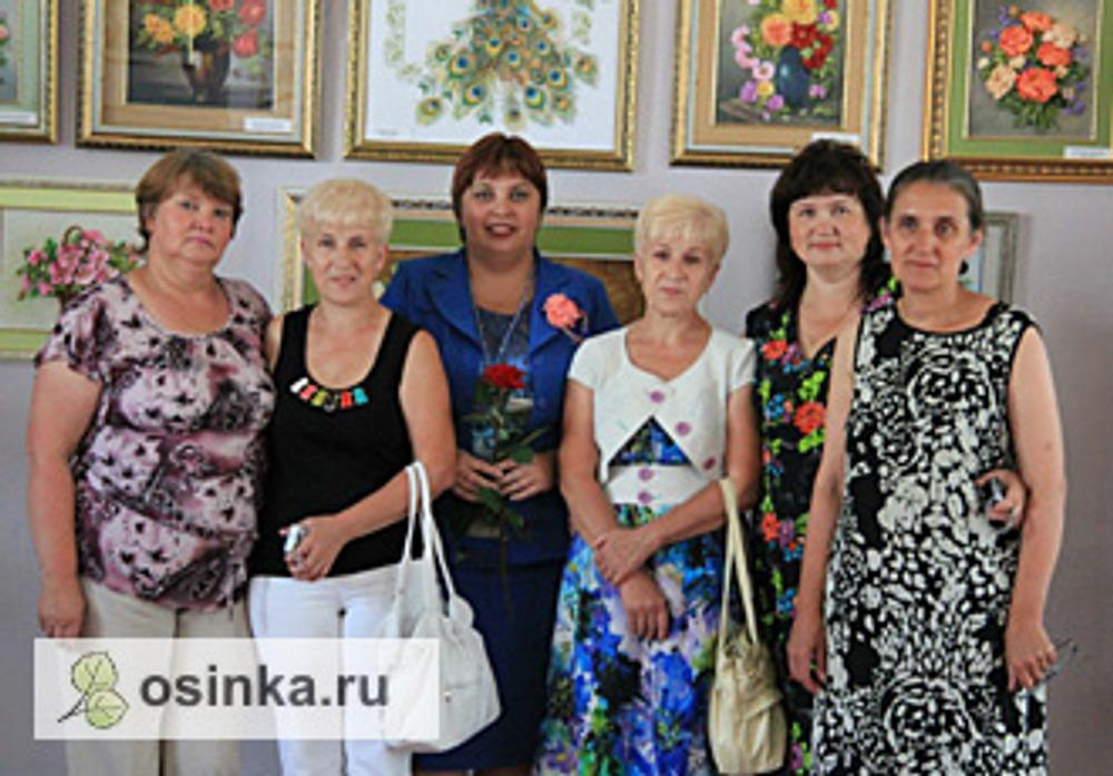 Фото. Светлана с учениками на выставке. (Псков, июль 2013 г.).