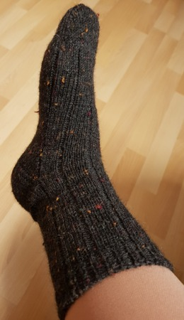 Фото. Носки из толстенькой пряжи типа твида на тонких спицах. Резинка на 2 мм, все остальное 2,5 мм.  Автор работы - Rady