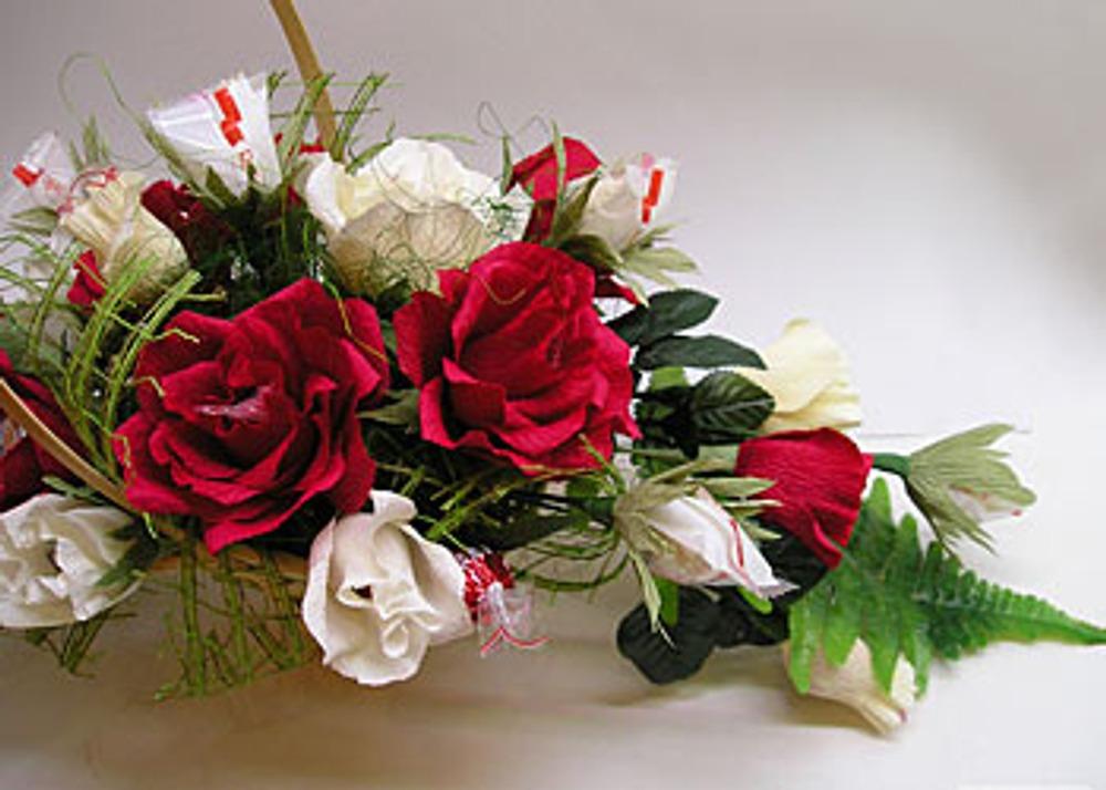 Фото. Автор работы - etoille . Сладкие букеты в последнее время становятся все более популярными. Цветы из креповой бумаги можно сделать любые – например, как в этом потрясающем подарочном букете - красные и белые розы... А внутри каждой обязательно ждет конфета!