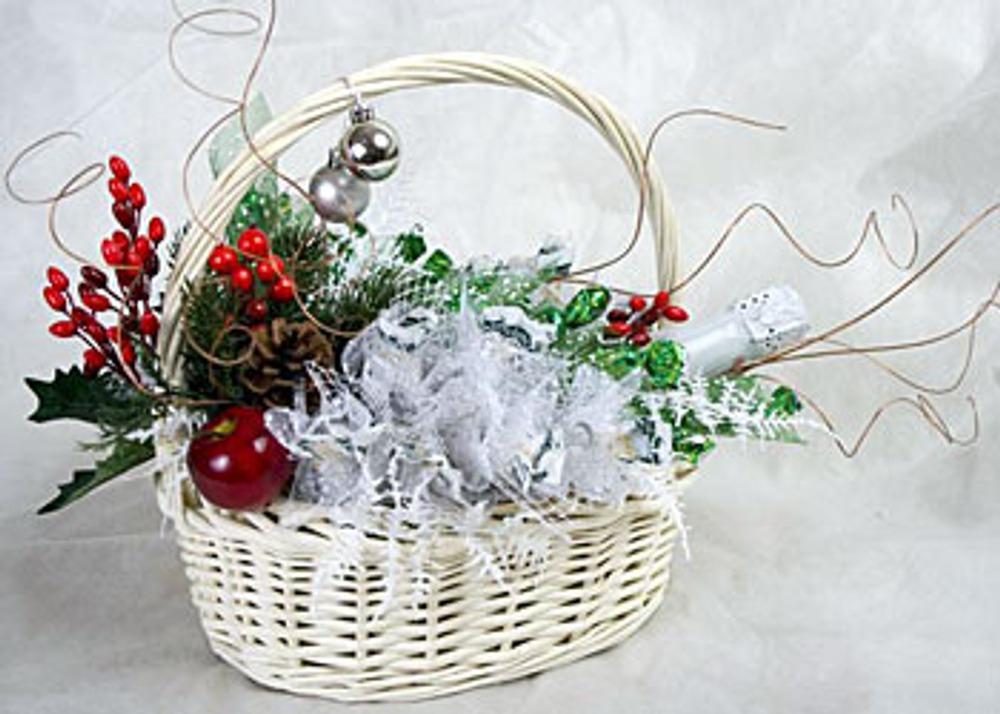 Фото. Автор работы - Сиреневое облако . Новогодняя подарочная композиция из конфет и бутылки шампанского в корзине.
