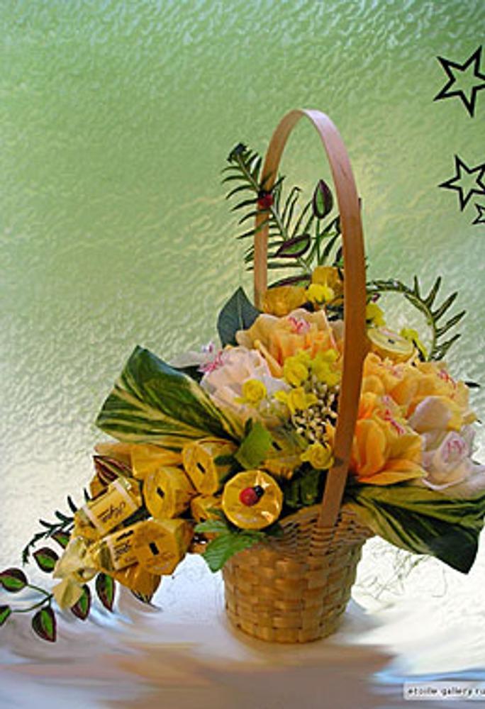 """Фото. Автор работы - etoille . """"Корзина желтых роз"""". Конфеты для композиций тщательно подбираются не только по вкусу, но и по форме и цвету упаковки, т.к. сами могут имитировать либо бутоны, либо ягоды."""