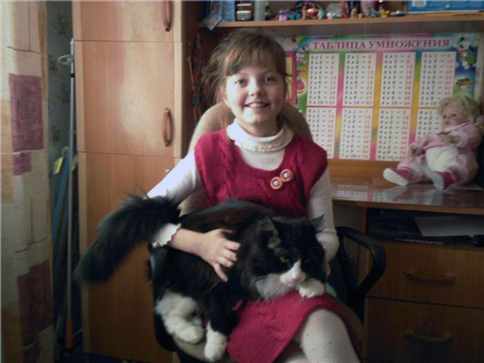 Фото. Связала дочери сарафанчик, ей понравилось.  Похоже, понравилось и коту...