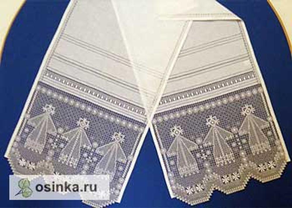 Фото. Полотенце, декорированное вышивкой крестецкая строчка. Выставка в Лихудовом корпусе Новгородского Кремля, 2012 г.