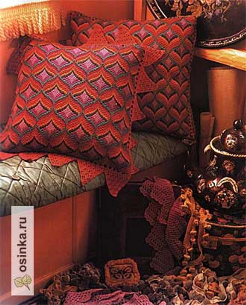 Фото. Изделия, вышитые в технике барджелло, популярны в интерьере.