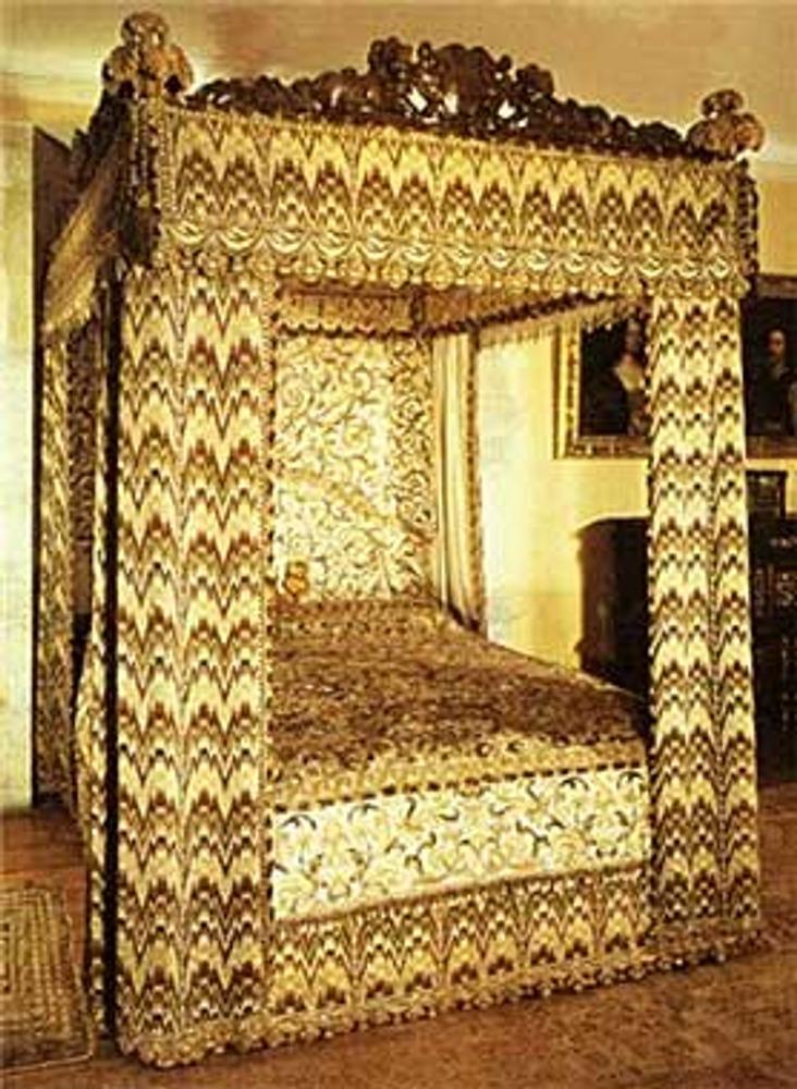 Фото. Драпировки парадной кровати Елизаветы I, вышитые в технике барджелло. Parham Park, Pullborough, Sussex, England.