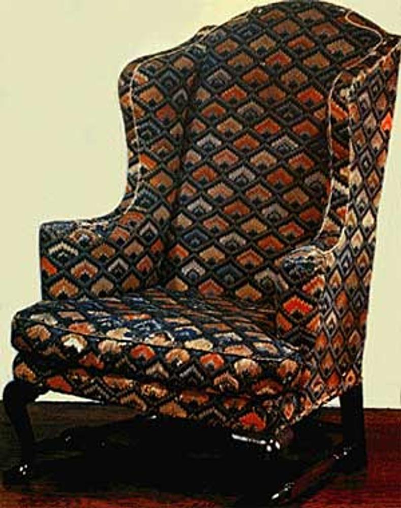"""Фото. Кресло, вышитое узором """"гвоздика"""". Из коллекции Метропόлитен-музея (The Metropolitan Museum of Art), Нью-Йорк."""