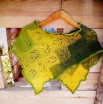 Фото. Маленькое пончо из Кауни 8/1 желто-зеленой около 70 гр вместе с бисером. Связано энтрелаком без швов и отрыва нити.   Автор работы - Shatty