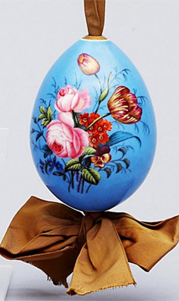 Фото. Голубое фарфоровое пасхальное яйцо на коричневой ленте. Россия. XIX век.