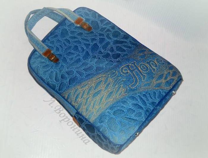 Фото. Еще одно превращение джинсов в сумку с отделкой декоративной стежкой. Лицевые детали сумки по контуру оформлены синим кантом. Под стежкой наполнитель - синтепон -100. Автор работы - Карманьола