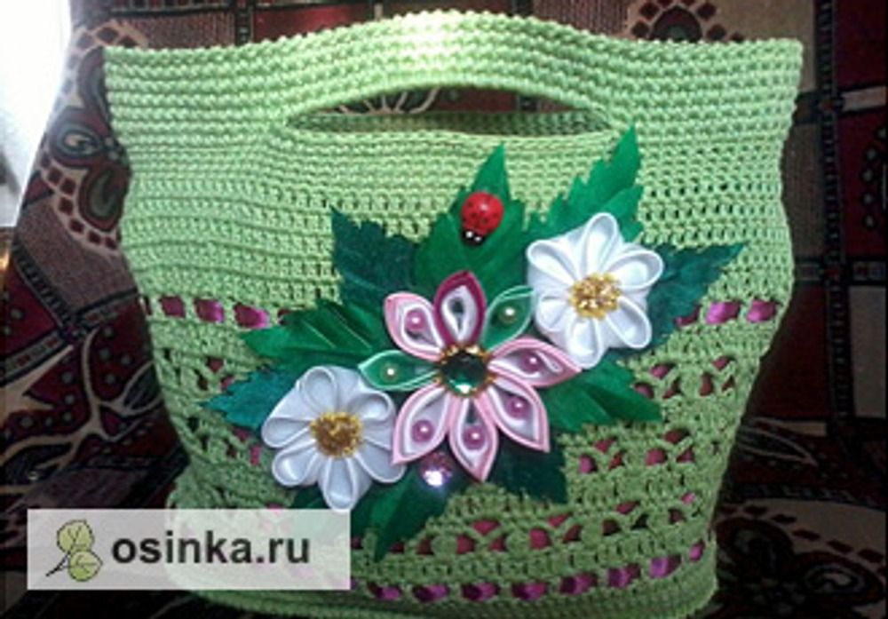 Фото. Цветочками-канзаши украшена сумочка. Автор работы - Ольжичка .