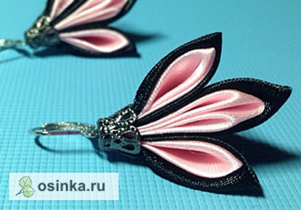 Фото. Канзаши могут украшать и серьги. Автор работы - Атласные цветы .