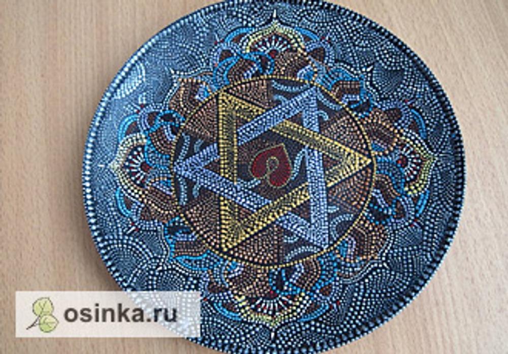 Фото. Тарелки, декорированные в технике точечной росписи.
