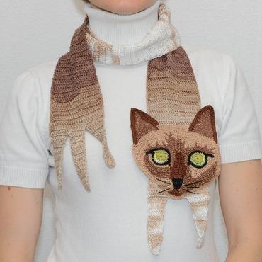 Фото. Какой подарок можно привезти из Петербурга? Котошарф. Это и Эрмитажные коты, и директор Эрмитажа всегда в шарфе, и в багаже не помнется.