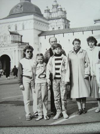 """Фото. 1989 год, Год Змеи. Мы всей семьёй на экскурсии. На мне куртка сшита из двух юбок джерси и плащёвка, красный и белый (в прошлом году, когда отдавала эту курточку девочке, был возглас """"вау, это же бомбер!"""" А я шила, носила и не знала что это бомбер 😂). На дочке жёлтый свитер с ярко зелёной змейкой (вышивка по петлям). На сыне куртка и штаны сшитые мамой."""
