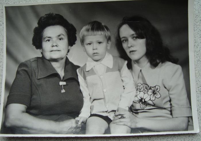 Фото. Я, мама и сын. Здесь на сыне жилет и шортики шитые из кусочков кримплена. Себе оживила магазинное платье аппликацией. Потом эта аппликация продолжала свою жизнь дальше.