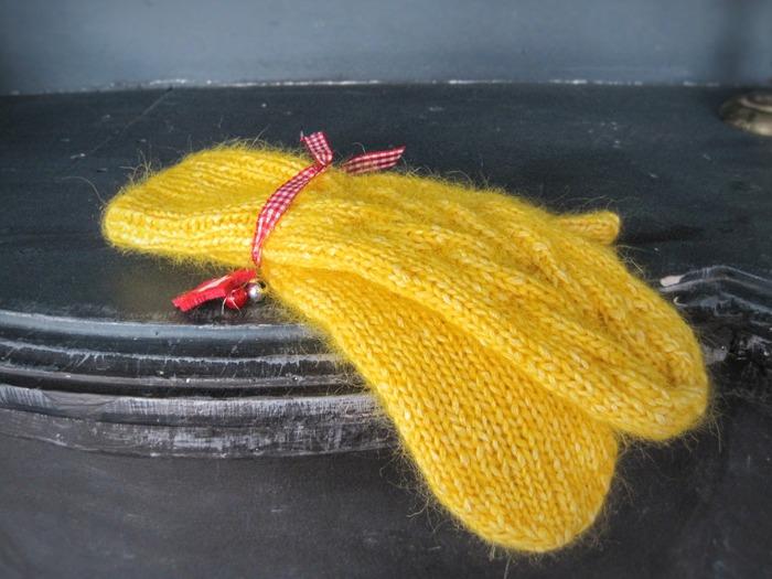 Фото. Желтенькие варежки из альпака в хлопковом шнурочке.  Автор работы - Svibel