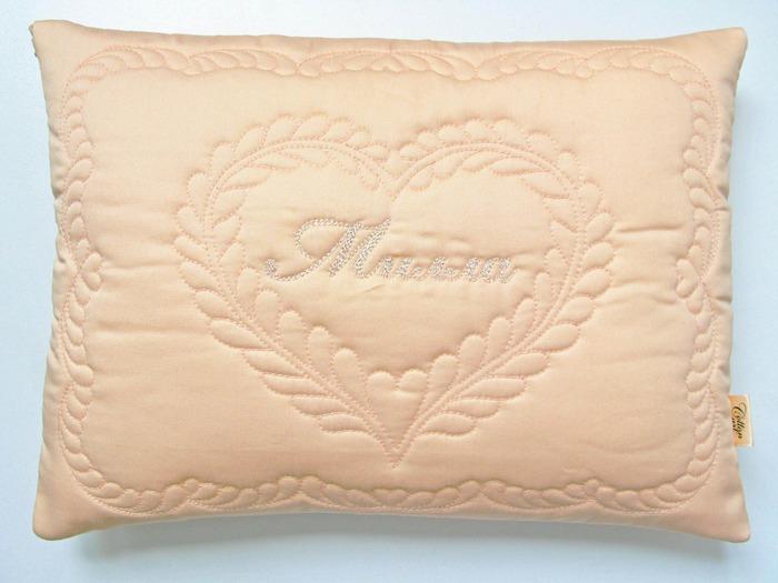 Фото. Подушка для новорожденного часто украшена вышивкой с монограммой. Такая может стать отличным подарком на рождение или крестины.  Автор работы - АнюткаФ