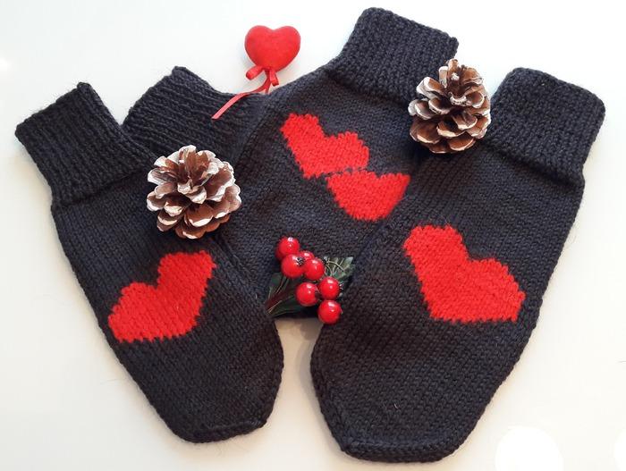 Фото. Оригинальная вещица -  варежки для влюбленных с сердцами. В комплекте три варежки  (одна из них общая).  Автор работы - miniola