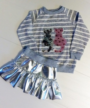 Фото. Наряд в театр для младшей дочки, сшитый за вечер: юбка из футера серебро и свитшот из интерлока с готовой аппликацией.