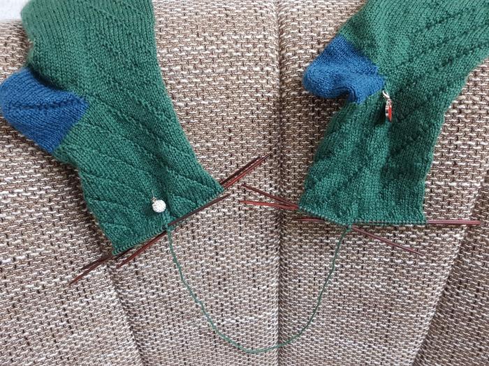 Фото. Ну вот прискакала с работы - вяжу носки для брата на Рождество.