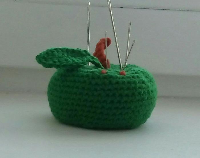 Фото. Простенькая вязаная игольница-яблоко. Почти томат.  Автор работы - Мартышка2941