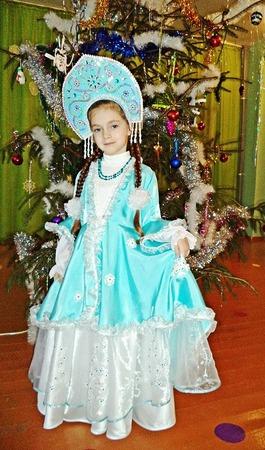 Фото. Костюм Снегурочки для дочки.  Конечно, организаторы знали, кому из родителей давать задание на изготовление такого костюма.