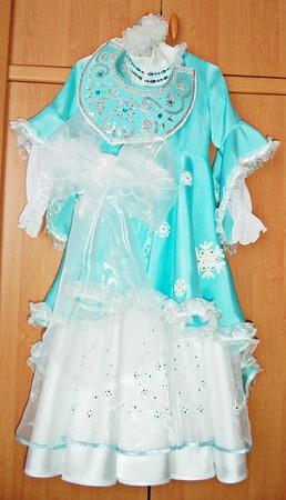 Фото. По крою ничего сложного: белое платье + голубой халатик-шубка + кокошник. Из сочетаний цветов Настя выбрала голубой с белым.