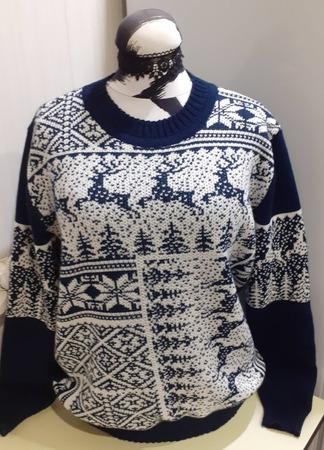 Фото. Мужской свитер с оленями... на женском манекене.  Автор работы - Breezer