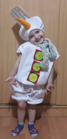 Фото. Костюм Снеговика - белый комбинезон, шарфик, ведро и морковка. Автор работы - Лялеччка