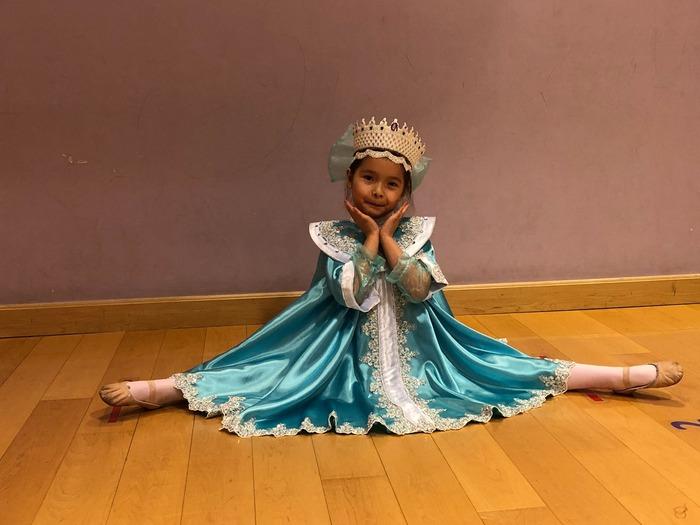Фото. Какой же Новый год без Снегурочки! Сарафанчик и корона, все в белом и голубом цвете. Автор работы - Elena Lo