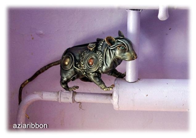 Фото. Маленькая кожаная сумочка, размером с натуральную крысу. Звать Фрося. Автор работы - Aziaribbon