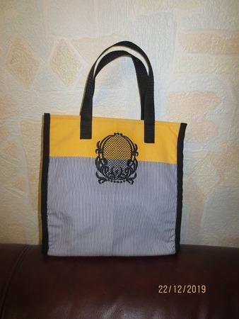 Фото. Простая сумка-шоппер становится непростой, благодаря машинной вышивке. Автор работы - kokteil