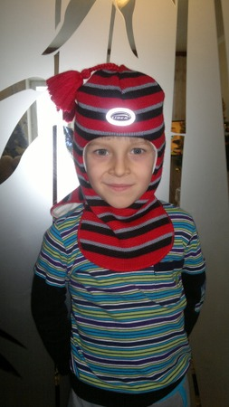 Фото. Шапка и шлем, сшитые из вязаного полотна.