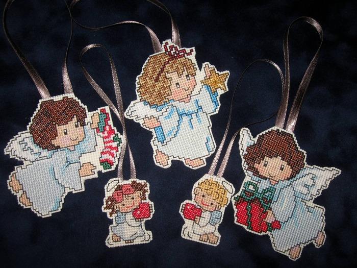 Фото. Традиционные сюжеты для вышитых елочных игрушек - ангелочки.Вышивка крестом по пластиковой канве.  Автор работы - Simfony