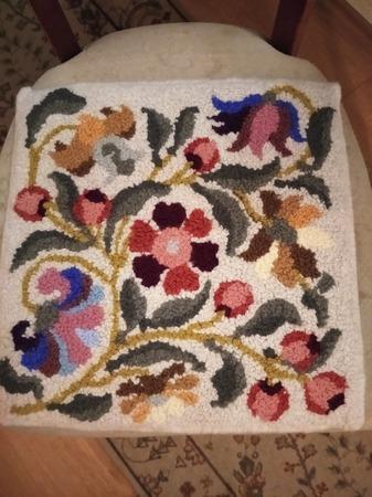 Фото. Сидушка в ковровой технике.  Автор работы - muss88