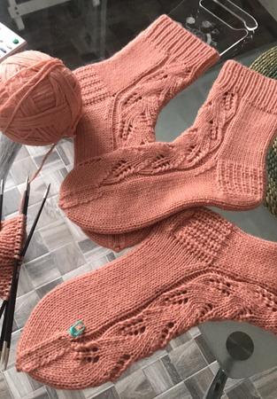 Фото. Однотонные носки с узорами.  Автор работы - Ларачка