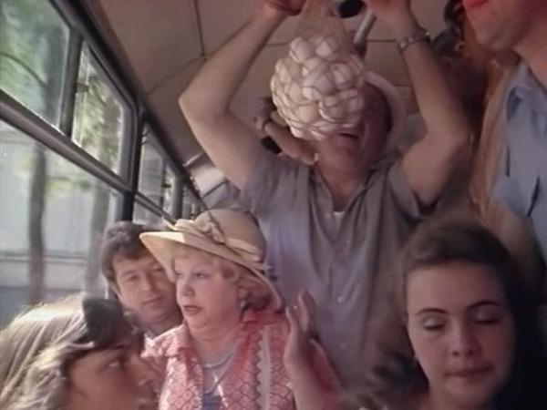 """Фото. Авоську можно было повесить на поручень в транспорте. Кадр из к/ф """"Женатый холостяк"""", 1982 г."""