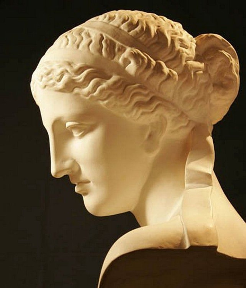Фото. 24. Голова Афродиты. Древняя Греция. 4 век до н.э. Лувр. Париж.