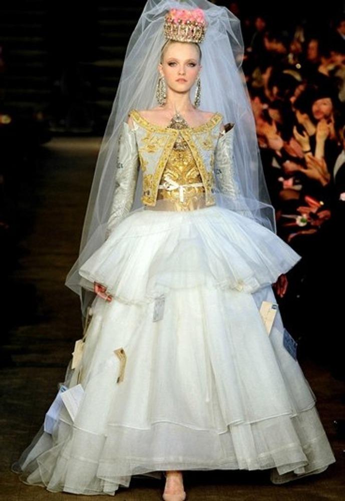 Фото. 64. Свадебное платье. Кристиан Лакруа (Париж).