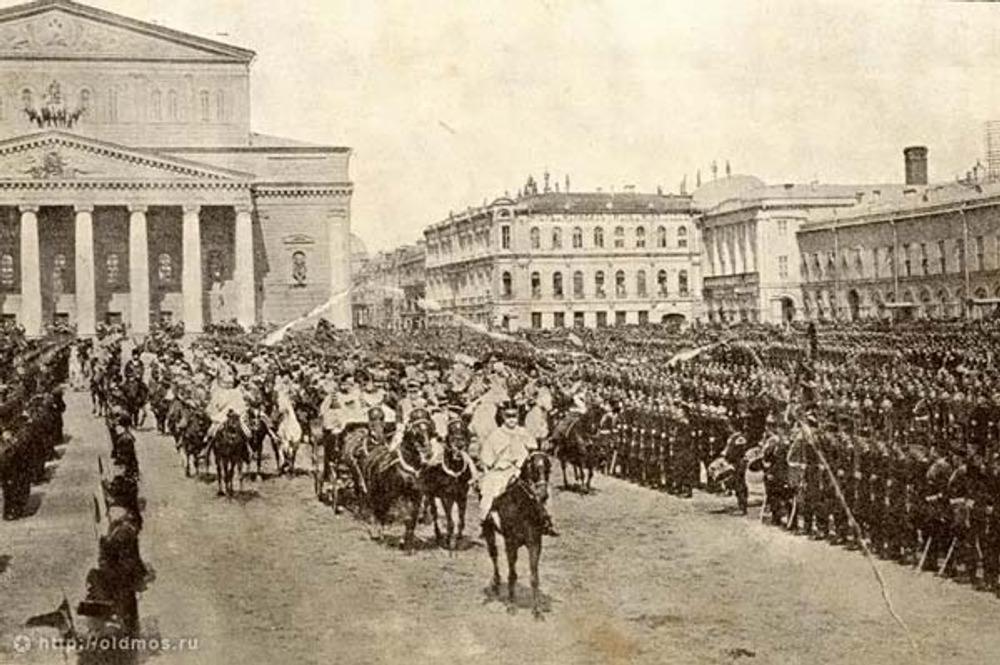 """Фото 1900 г. Справа от Большого театра хорошо видно старое здание """"Мюр и Мерилиз""""."""