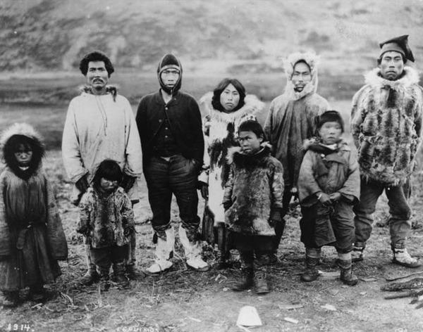 Фото. Жители алеутских островов в традиционной одежде, фото 1914 г.