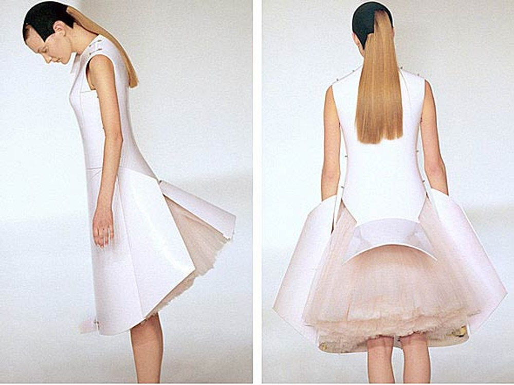 Фото. Хуссейн Чалаян. Before minus now Collection, платье Remote Control Dress, весна-лето, 2000 г.