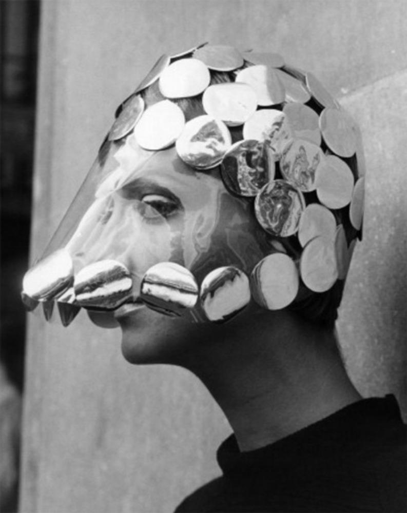"""Фото. """"Dollar Princess"""", шляпа, собранная из прозрачного пластика и крышек от молочных бутылок от Reed Crawford. 1966 г."""