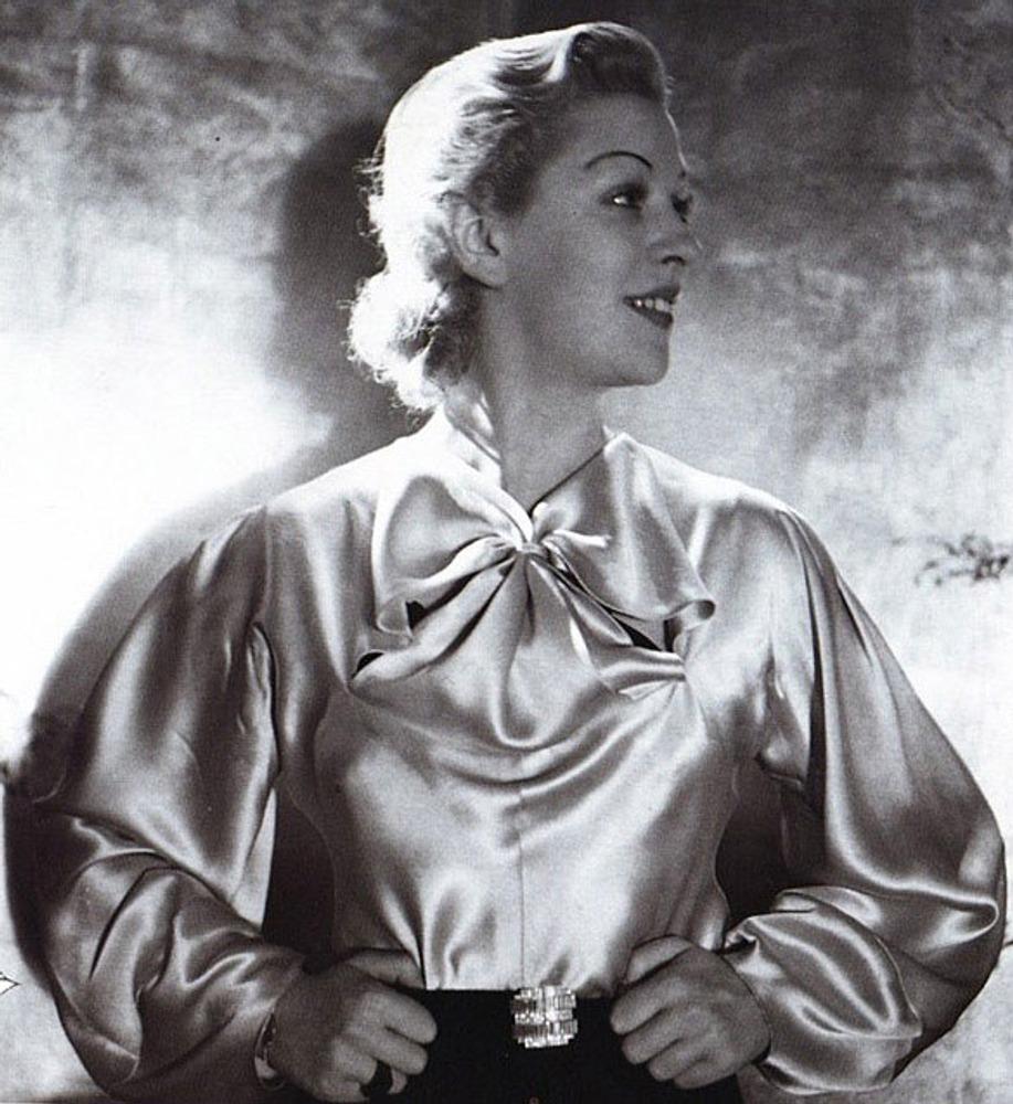 Фото. Блузка, сохраняющая форму благодаря только одному банту, завязанному узлом на груди.