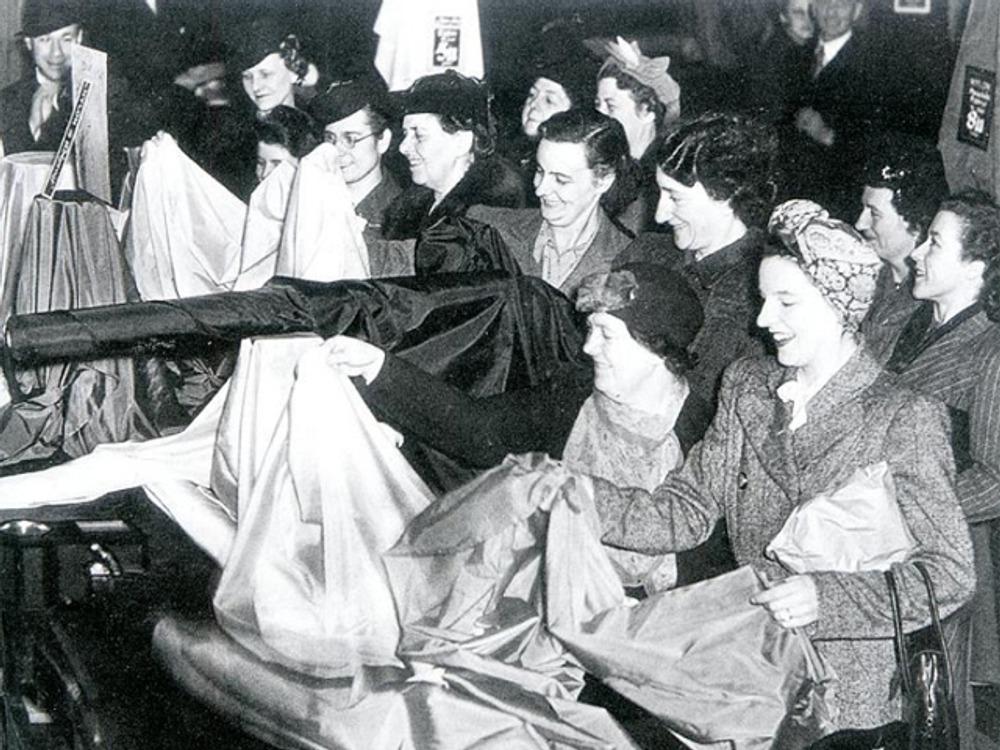 Фото. Свободная продажа нейлона, 1945 г.