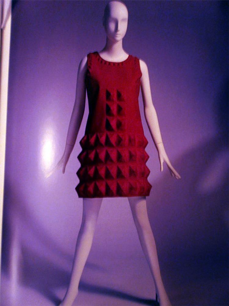 "Фото. Пьер Карден, платье ""яичная коробка"". Кардин цвета фуксии. 1968 г.."
