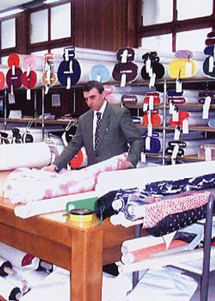 Фото. С тканями у сеньоры Гандини работают только мужчины в галстуках!