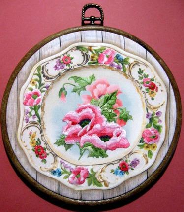 """Фото. """"Тарелка с розовыми маками"""" - по набору фирмы Риолис.  Автор работы - Simfony"""