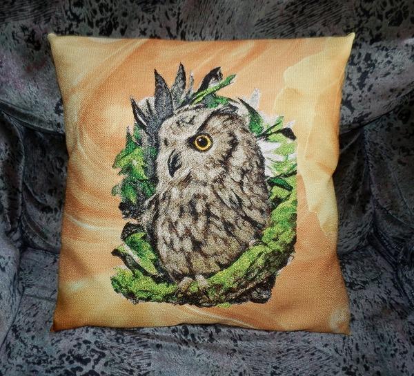 Фото. Подушка, машинная вышивка.  Автор работы - Mazzy